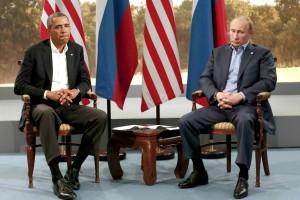 """Barack Obama und Vladimir Putin nach der letzten gemeinsamen Partie des Brettspiels """"Risiko"""" (unentschieden)"""
