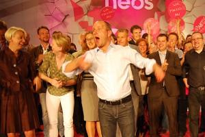 """Sektenführer Matthias Strolz, umringt von seinen Gläubigen, bei einer Art """"Messe"""" der NEOS"""