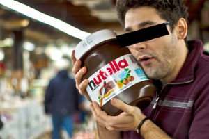 Ein typischer Nutella-Süchtiger beim Einkauf seiner Wochenration der Haselnusscreme