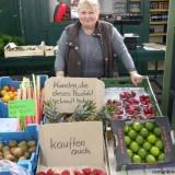 Gemüsestandlerin Gusti Maier mit ihrem patentrechtlich bedenklichen UpSelling-Programm