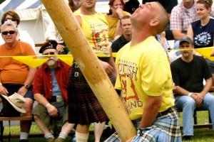 """Ein typischer Schotte beim archaischen Fruchtbarkeitsritual """"Caber Toss"""", bei dem ein phallusartiger Holzstamm sinnlos durch die Gegend geschleudert wird und Kinder gefährdet"""